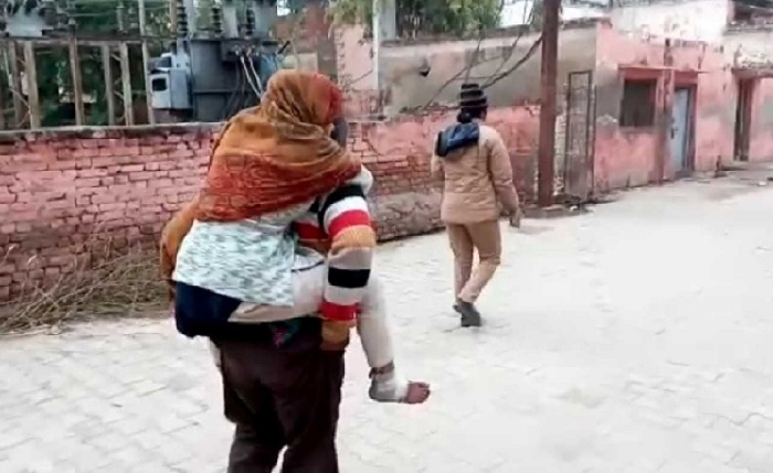 Man carries daughter, who was raped, on back to hospital for medical examination (Video)