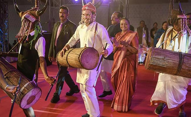 Rahul Gandhi's traditional tribal dance goes viral (Watch)