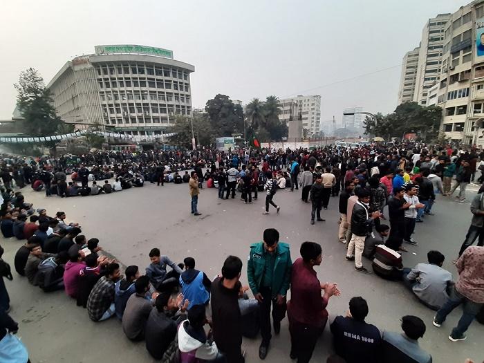 Dhaka University students block Shahbagh seeking city polls deferment