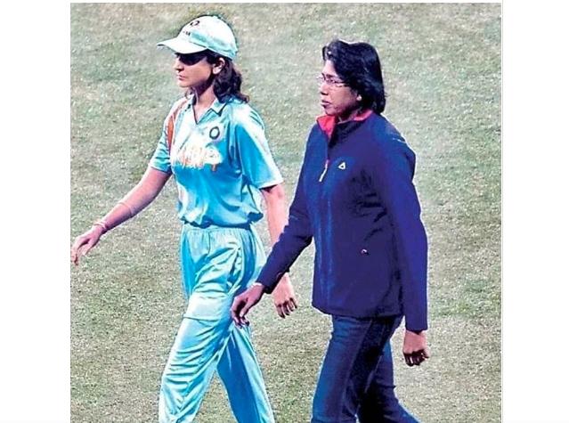 Viral pics of Anushka Sharma with cricketer Jhulan Goswami