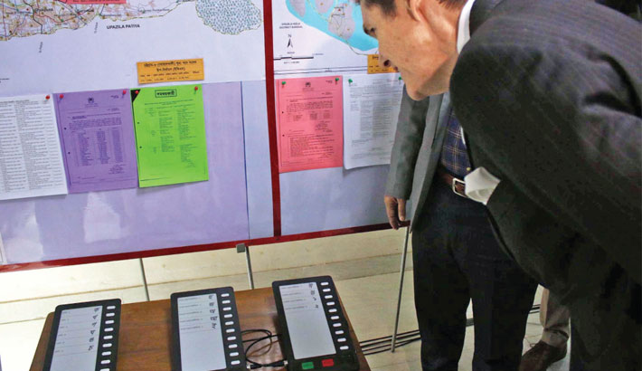 US Ambassador to Bangladesh witnesses the process of casting vote using EVM