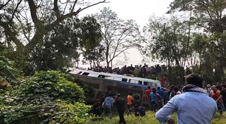 2 killed as bus overturns in Chattogram