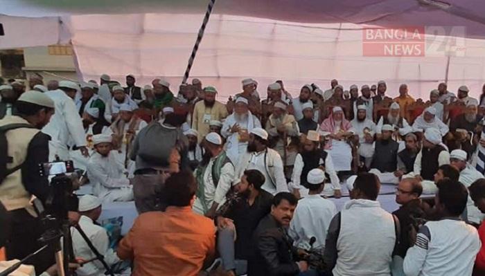 Hefazat Amir Maulana Shafi's stage collapses in Narayanganj