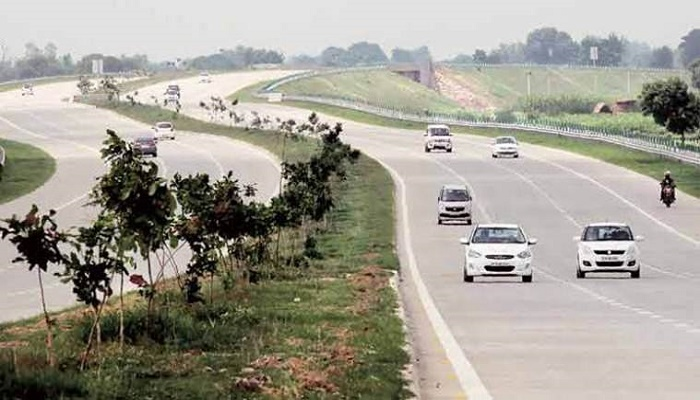 Six killed after roadways bus hits car on Agra Expressway in India
