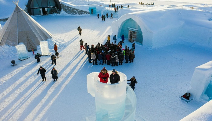Tourists brave sub-zero temperatures for a night at Sweden's ice hotel