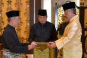 New Malaysia PM sworn in amid crisis, Mahathir fights on