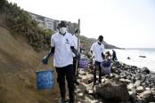 In Dakar, volunteers clean beach littered with medical waste