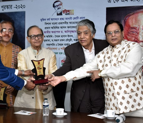 Poet Rasel Asiki receives Samaresh Basu Sahitya Award