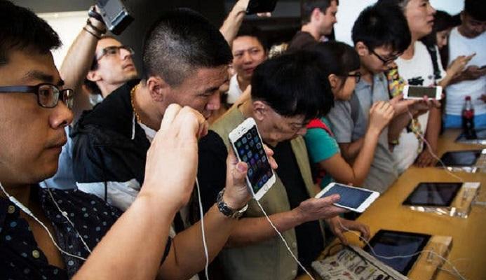 China's mobile operators lose 21 million users as virus bites