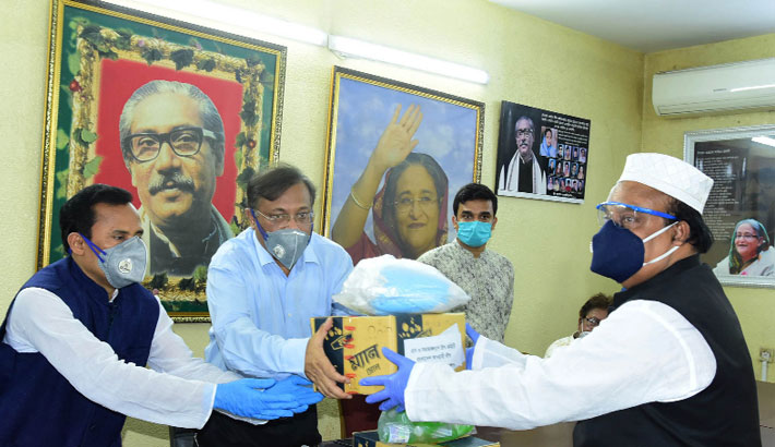 Information Minister distributes Personal Protective Equipment