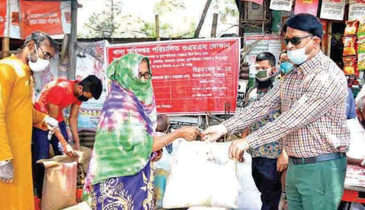 Distributes food items among poor people