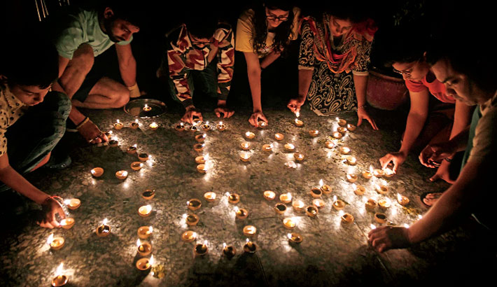 India holds lights-off vigil as Modi calls for unity