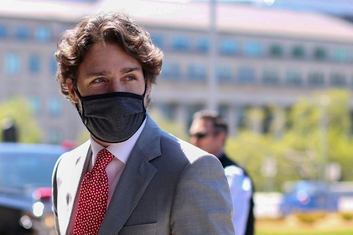 Trudeau puts on mask, Canadians urged to do same