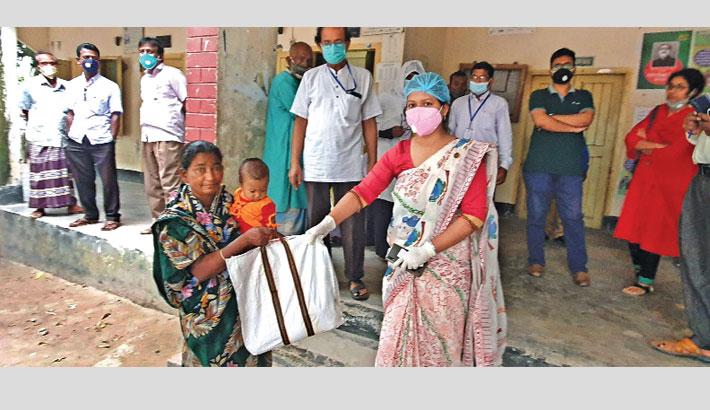 Distributes relief goods among poor women