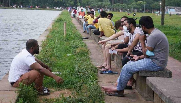 Eid holidays: People throng entertainment spots amid virus risk