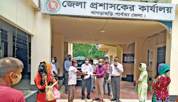 Hands over cash aid among marginal farmers