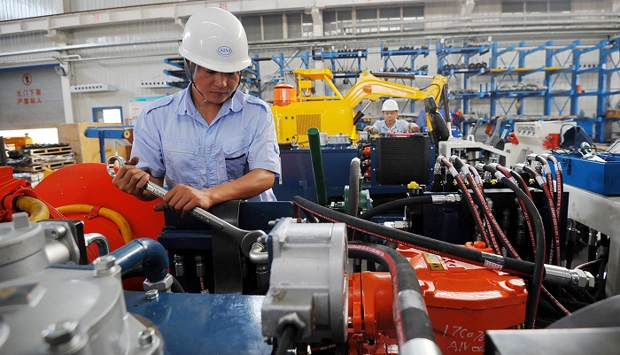 US firms in China cutting labor costs to mitigate virus losses