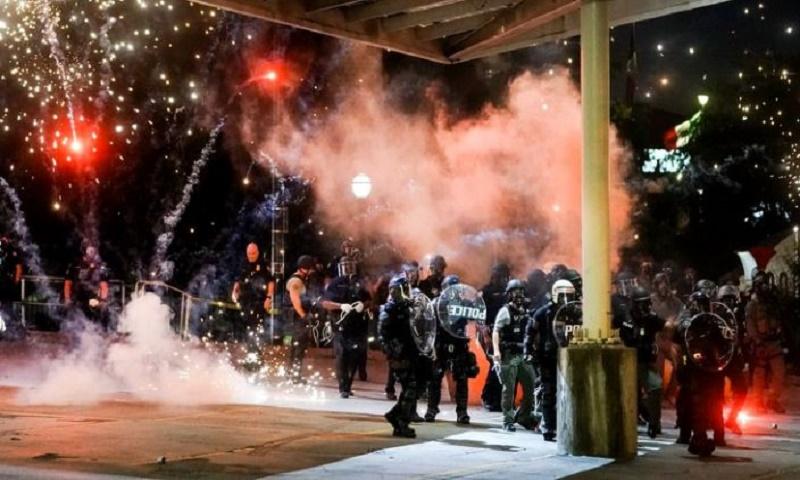 George Floyd death: US cities order curfews amid widespread clashes