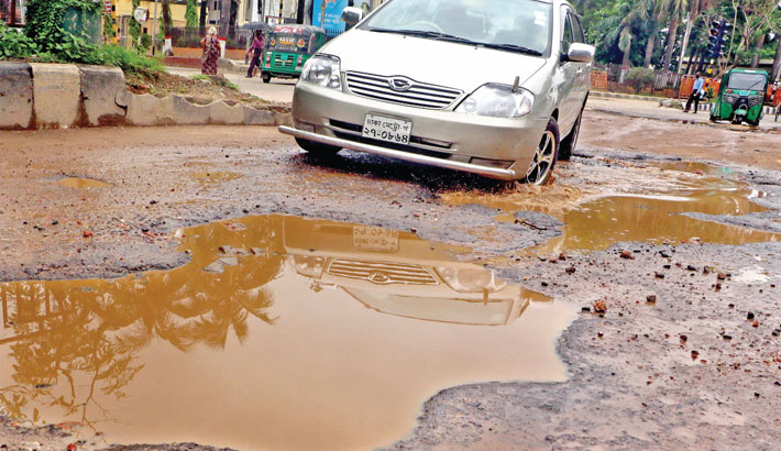 The road in front of Kamalapur Railway Station
