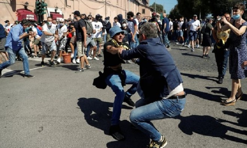 Coronavirus: Far-right Rome protest turns briefly violent