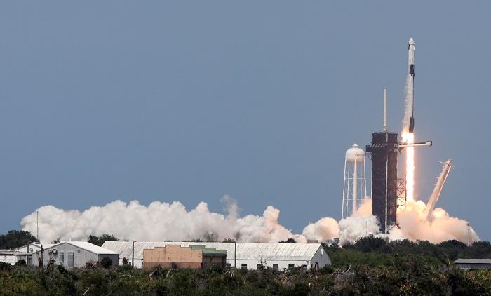 SpaceX delays launch of mini-satellites