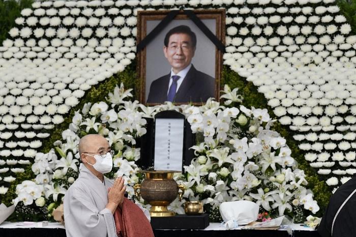 Seoul mayor's funeral held despite objections