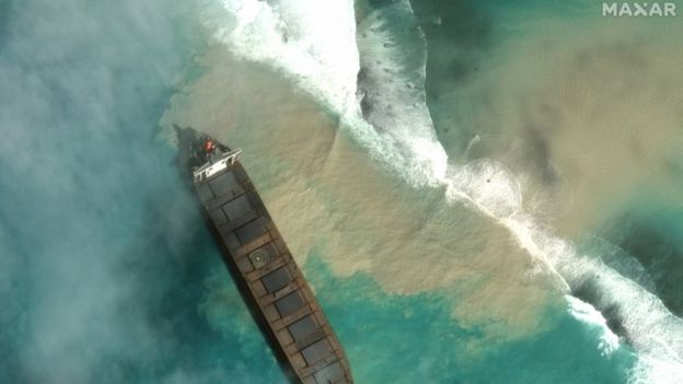 Ship aground off Mauritius begins leaking oil