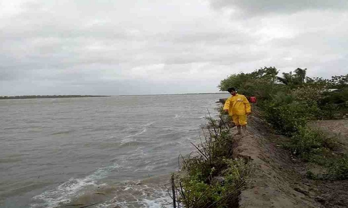3 villages flooded as dam collapses in Khulna