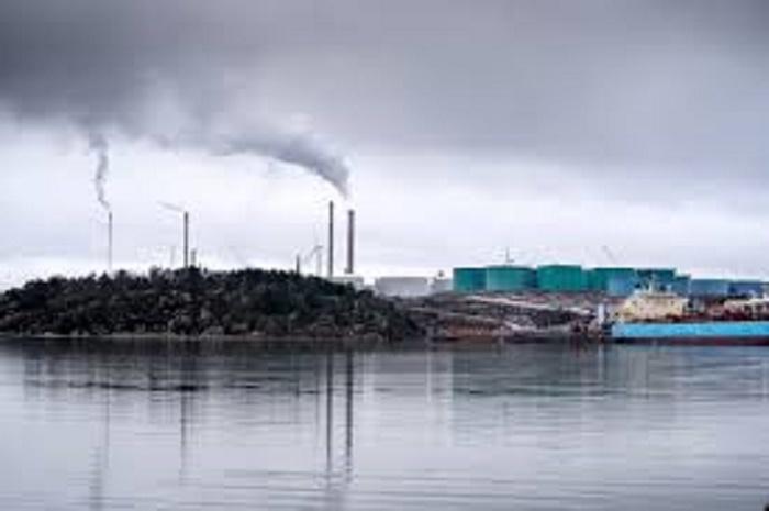 Greenpeace lifts Swedish refinery blockade
