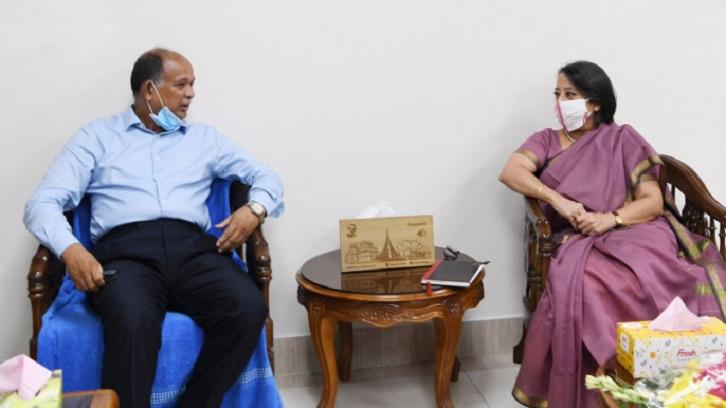 Riva Ganguly Das meets Railways minister