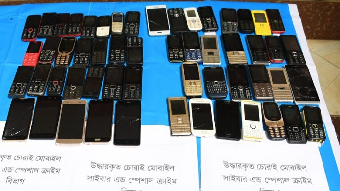 8 held for buying, selling stolen phones