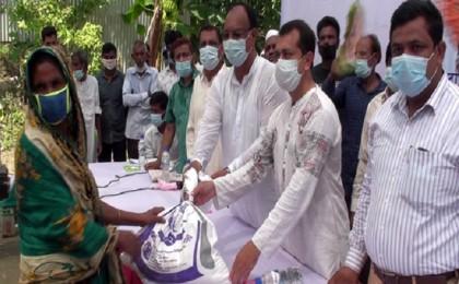 Bashundhara Group distributes relief in Manikganj