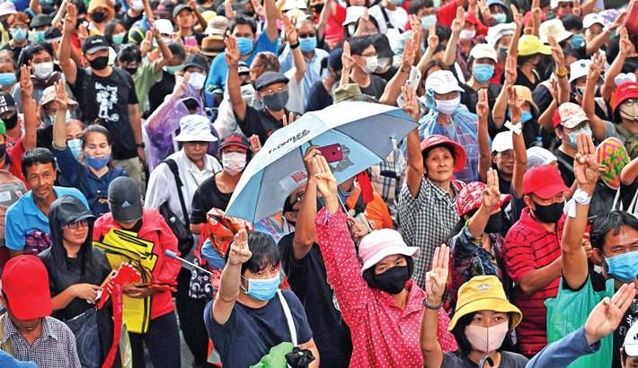 Thousands protest against Thai govt