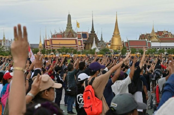Thai protesters' plaque removed after calls for royal reform