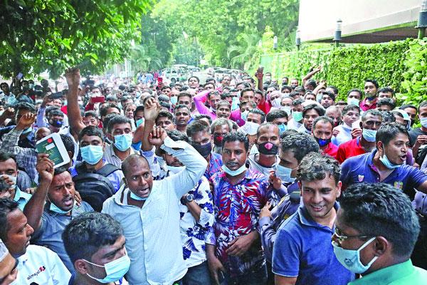 Saudi returnees demonstrate for tickets in Karwan Bazar