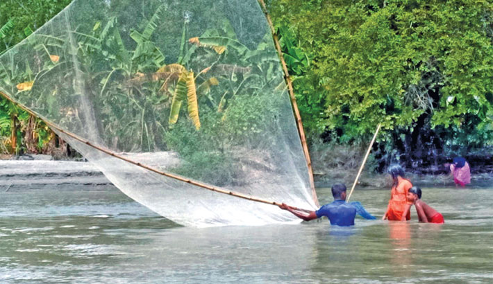 Local people are catching fish with traditional net