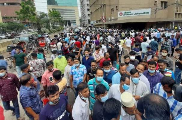 Hundreds of Saudi returnees scramble for tickets in Karwan Bazar, Motijheel
