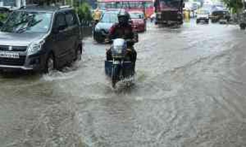 India's Mumbai shuts offices after rain lashes, disrupts city