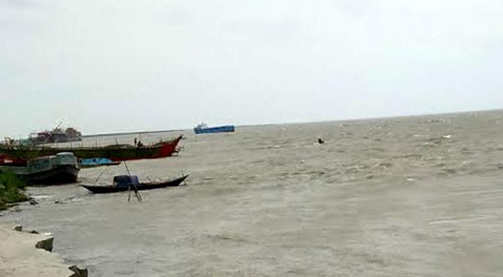 2 teenagers die as fishing trawler sinks in Noakhali