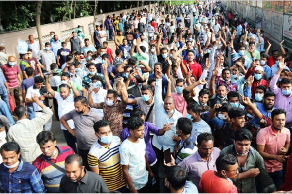 Saudi returnees block road in Karwan Bazar for tickets again