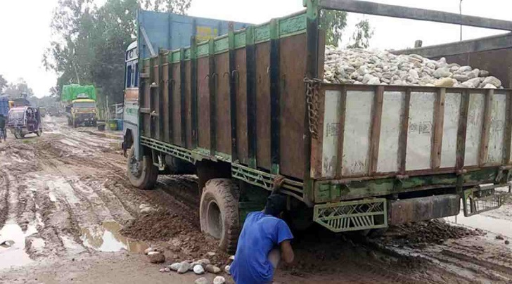 Bad road hits businesses at Sonahat Landport