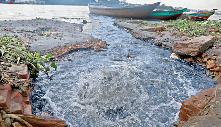 Polluting Buriganga water