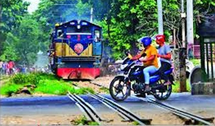 Two motorcyclists crushed under train in Moghbazar
