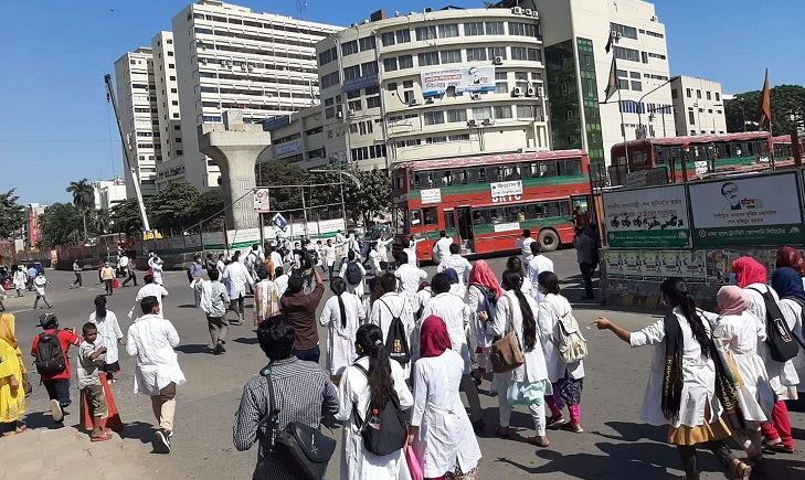 Medical college students block Shahbagh intersection