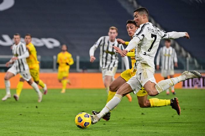 Ronaldo double lifts Juventus over Cagliari