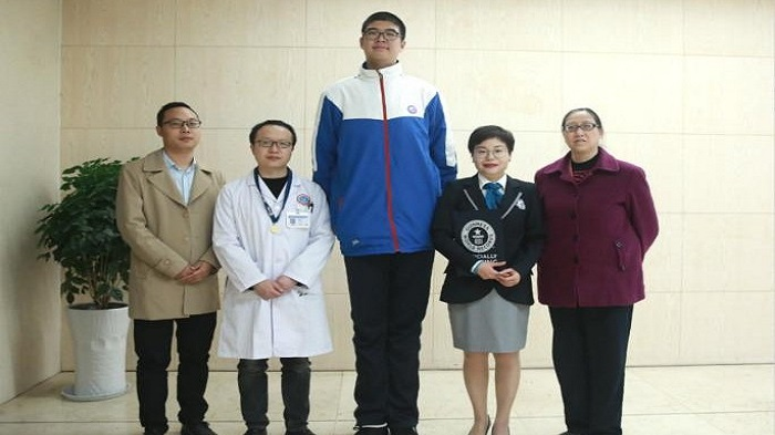 Chinese teenager breaks Guinness record with 7-foot height