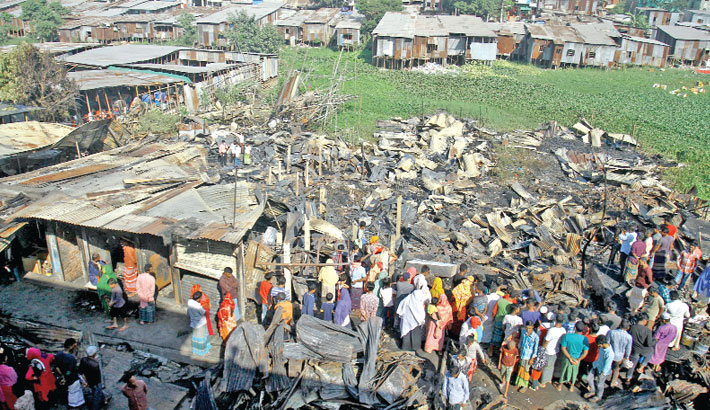 Massive fire rages slum