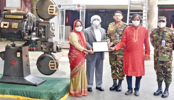 A delegation of Jagannath University receives a traditional and old 35mm projector