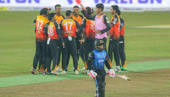 Batting nightmare sees Dhaka crash to third straight defeat