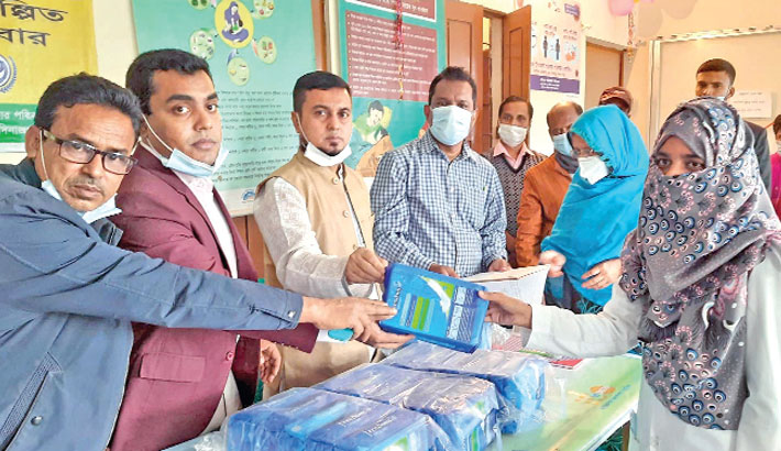 Distributes sanitary napkins among the girls